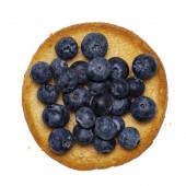Draufsicht auf goldgerösteten runden Zwieback-Toast aka Beschuit mit Blaubeeren an der Spitze. Isoliert auf weißem Hintergrund.