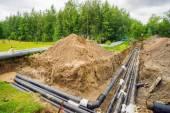Fotografie Neue Heizung-Pipeline in den ausgehobenen Graben auf Stadt