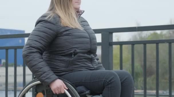 Person im Rollstuhl geht nach draußen
