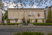 FRANKFURT AM MAIN, DEUTSCHLAND-03. Mai 2021: Hochbunker auf dem Platz der 1938 abgerissenen Synagoge, Frankfurt, Deutschland