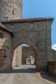 Ziegelmauer mit Torbogen des Friedberger Schlosses, Hessen, Deutschland