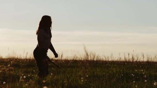 Cooler Krieger sticht bei Sonnenuntergang mit einem Messer zu. Schön.