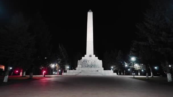 Ein schöner Obelisk, der den Opfern des Zweiten Weltkriegs gewidmet ist. Gedreht wird in Bewegung.