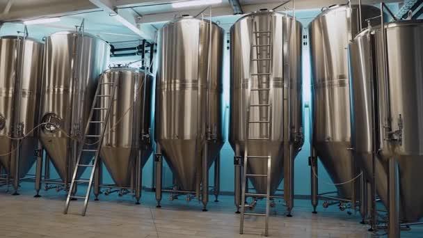 V pivovaru jsou velké hliníkové nádoby, které poskytují technický postup. Výroba alkoholického nápoje