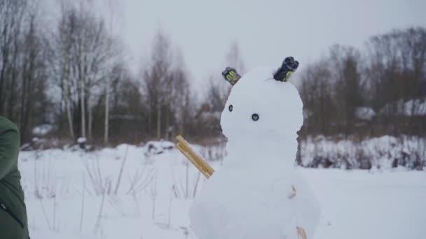 Několika tahy rozmlátí sněhuláka baseballovou pálkou. Agresivní výstřely ve zpomaleném filmu