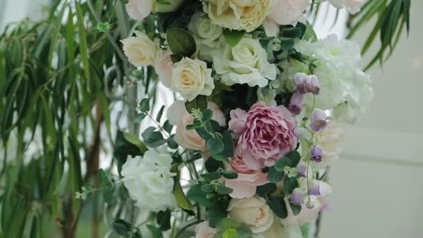 Schöne Dekoration mit frischen Blumen an den Feiertagen. Sehr schöne Nahaufnahme von Schmuck