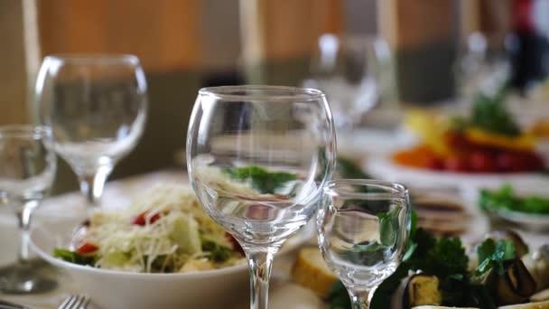 Auf der Festtafel stehen Speisen und Gläser. Die Kamera bewegt sich sanft und macht Fotos von der Festtafel