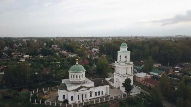Mezi příměstskými domy se nachází velký křesťanský kostel se zelenými kopulemi. Střílení ze vzduchu