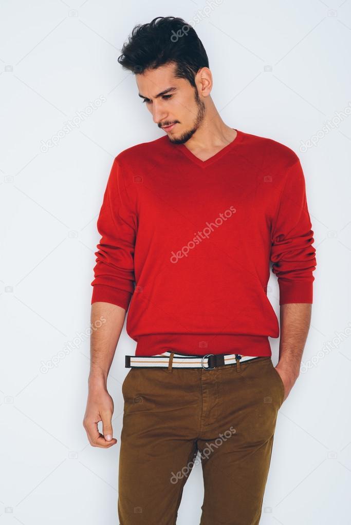 neueste kaufen lässige Schuhe günstig kaufen Schönen jungen Mann im roten Pullover und eine braune Hose ...