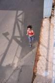 Fotografie krásná mladá žena běží venku