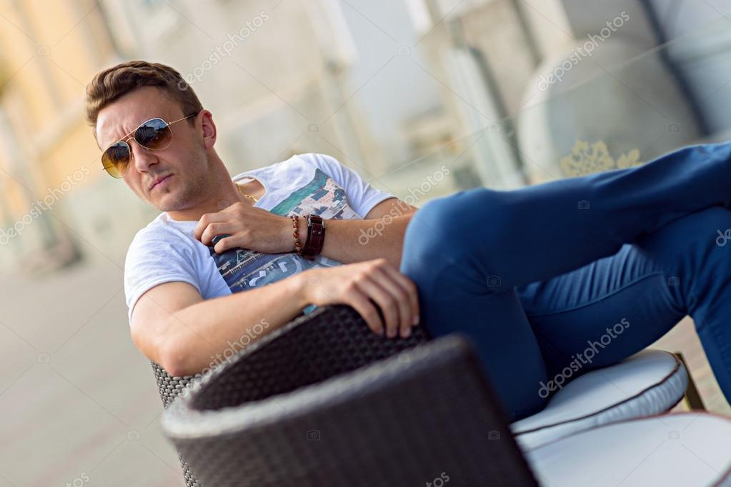 Fabulous mannequin homme habillé pose décontractée en plein air — Photo  IR32