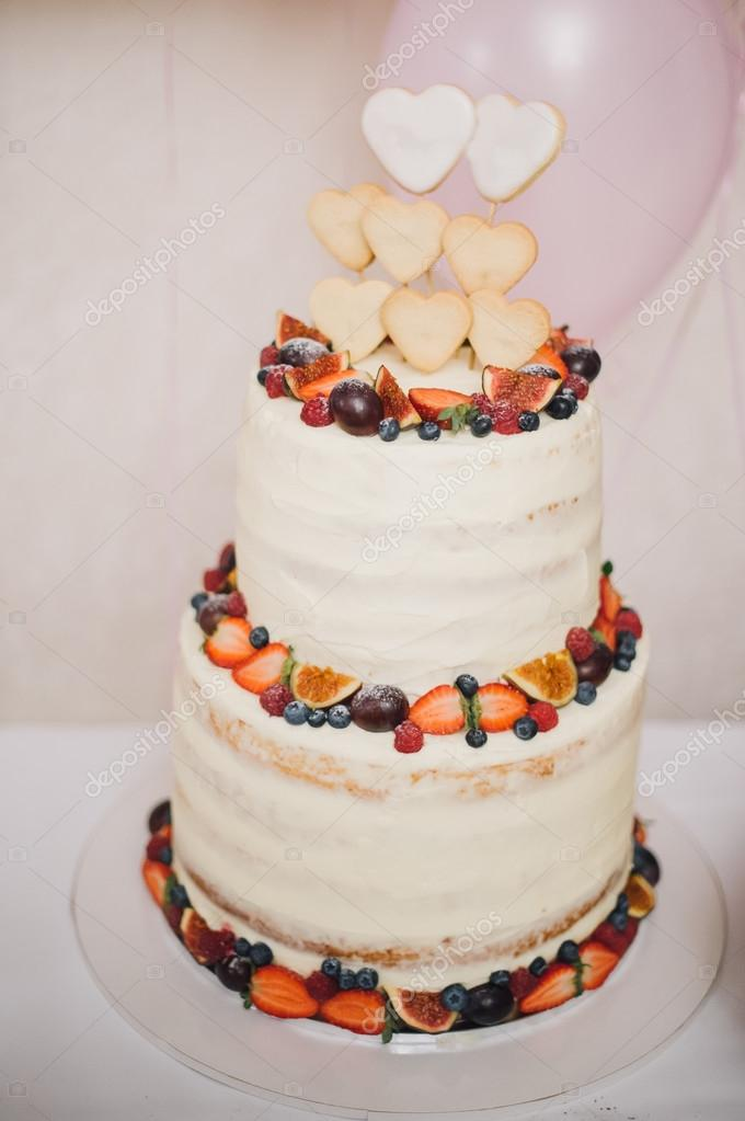 Weisse Hochzeitstorte Mit Sahne Verziert Mit Erdbeeren Und