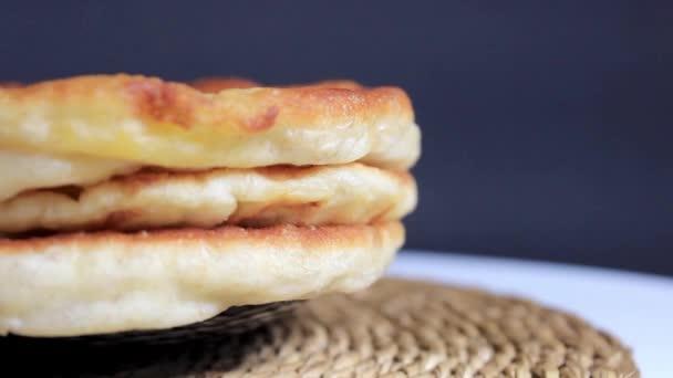 Egy halom sült élesztős tésztás sütemény egy tányéron. Közelkép, szelektív fókusz.