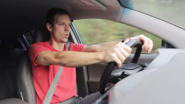 Junger männlicher Autofahrer rast mit Auto auf Waldstraße Innenansicht Fahrzeug