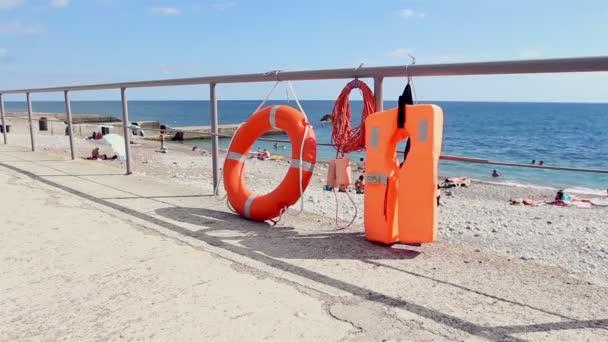 Schwimmausrüstung zur Rettung ertrunkener Menschen. Rettungsring, Rettungsweste am Strand