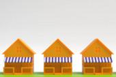 3D-Illustration. Modelle von Ferienhäusern mit Terrasse und Markise