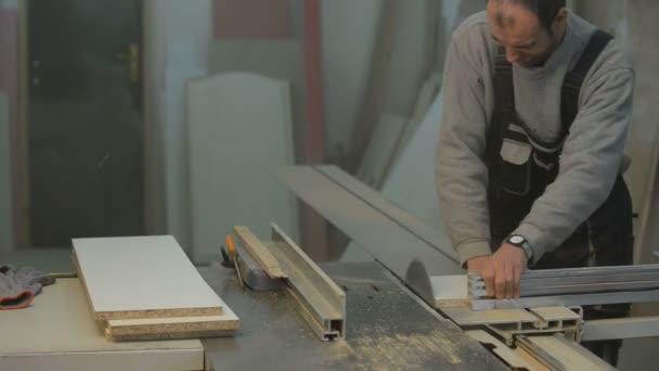 Tesař, řezání dřevěných panelů s kotoučovou pilou