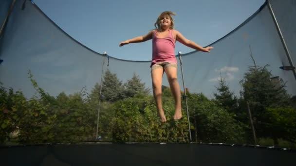 fröhliches Mädchen beim Trampolinspringen