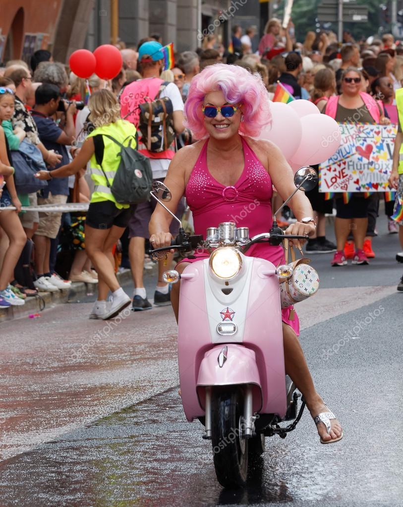 Mujer Vestida De Color Rosa Con Una Peluca Rosa Conduciendo