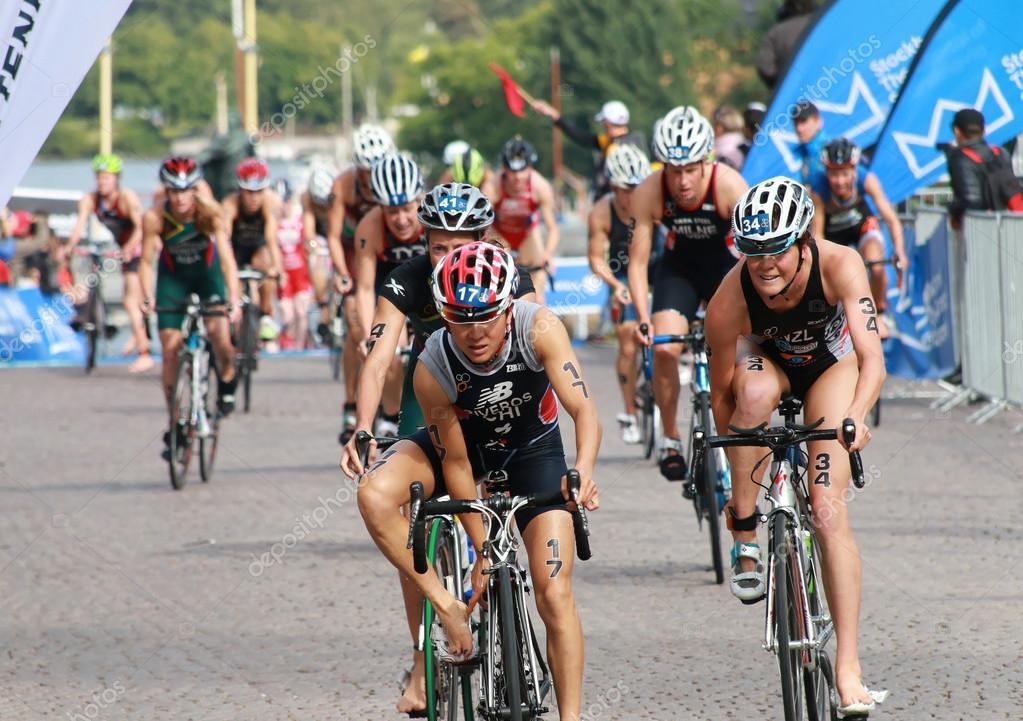 Barbara Riveros and Simone Ackermann cycling in the triathlon e