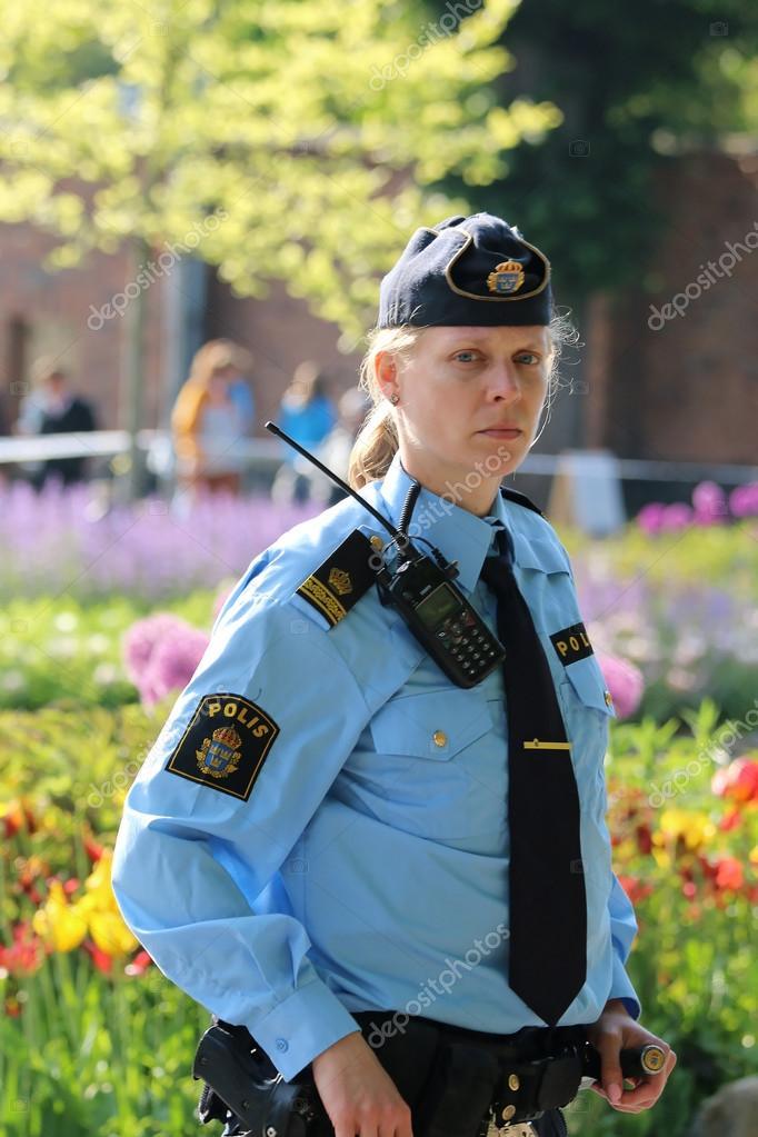Femme Suedoise femme de la police suédoise prête à protéger la famille royale