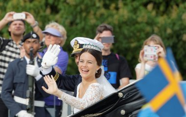 The swedish Prince Carl-Philip Bernadotte and his wife waving an