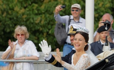 The swedish Prince Carl-Philip Bernadotte and his wife waving an