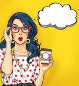 Pop-Art-Mädchen mit Kaffeetasse in Gläsern mit Sprechblase. Partyeinladung. Geburtstagskarte. Hollywood Filmstar. Comic-Frau. Sexy Mädchen. Erstaunt, Wow, niedlich, Lippen, Hippie, Gesicht, Wunder, Versuchung