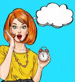 Fotografie Überrascht Pop-Art-Mädchen mit Uhr mit Sprechblase. Partyeinladung. Geburtstagskarte. Hollywood Filmstar. Comic-Frau. Sexy Mädchen. Hausfrau, Einkaufen, Neujahr, Termin, Verkauf, wow