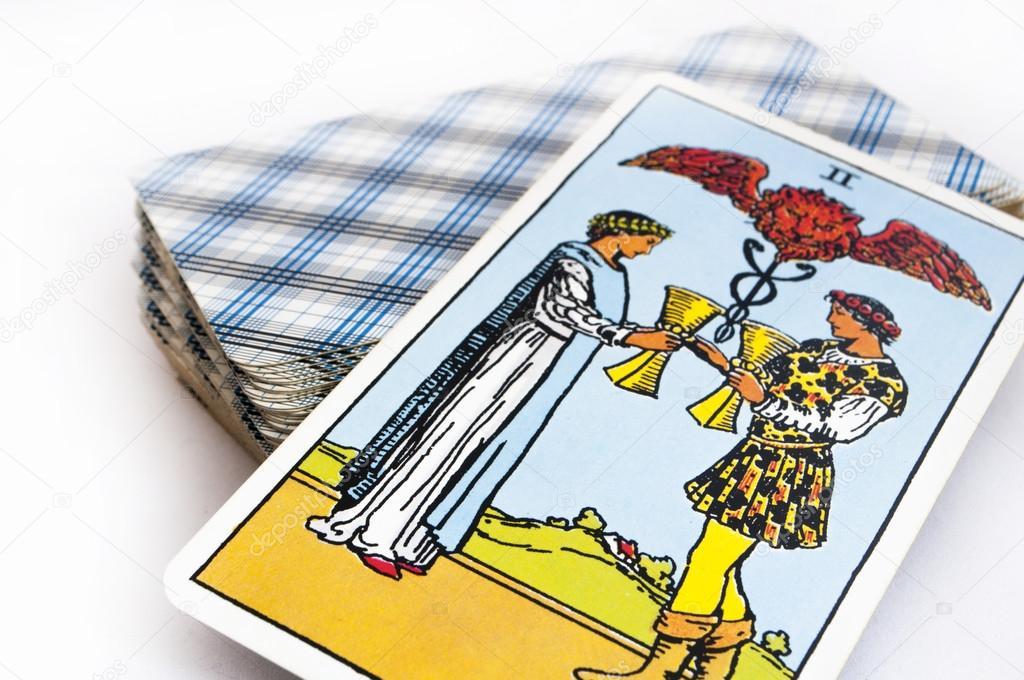 e9ee021ebf7ca9 Het dek van tarotkaarten op witte achtergrond, top-down kaart trekken voor  cups — Foto van ronin69