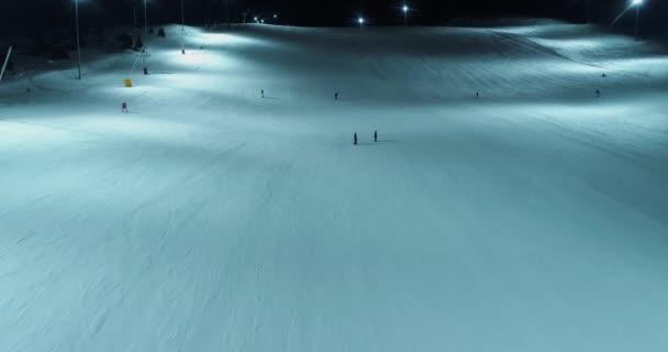 Luftaufnahme von Menschen beim Skifahren im Skigebiet