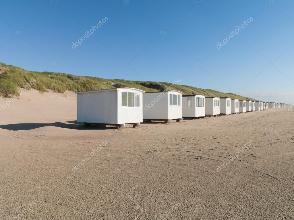Weisse Haeuser am Strand im Sommer