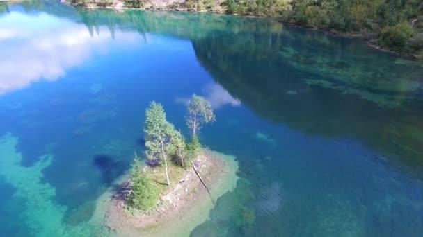 Jezero a ostrov v Rakousku, hory v létě