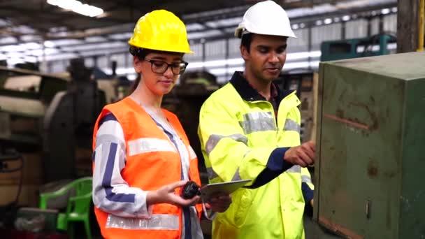 Vorarbeiterin und Werkingenieurin bei der Arbeit an Industriemaschinen in der Fabrik. Mit Funk-Kommunikation Tablet und Fernbedienung