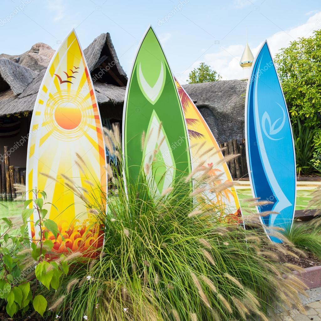 Tavole da surf colorati e tipica capanna hawaiana foto editoriale stock isaac74 111234056 - Tavole da surf decathlon ...