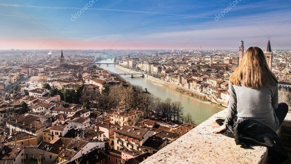 La ragazza osserva la vista di Verona al tramonto dalla terrazza ...