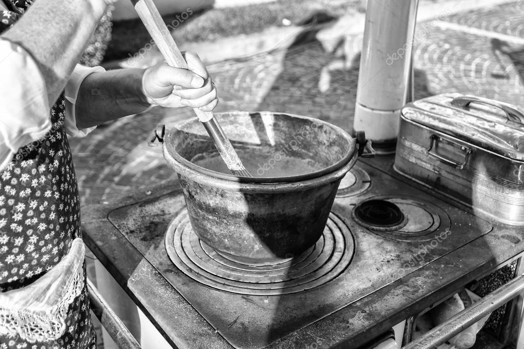 Polenta In Einem Kupfer Topf Auf Holzofen Kochen Stockfoto