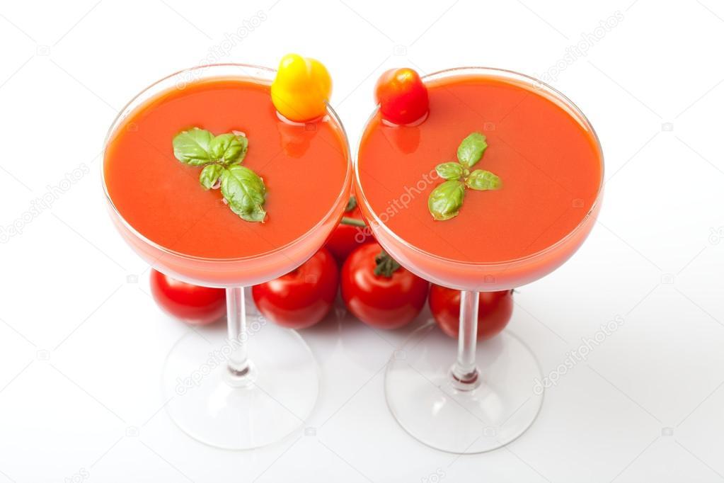 deux verres cocktail pleins de smoothies jus de tomate avec des tomates cocktail jaunes et. Black Bedroom Furniture Sets. Home Design Ideas