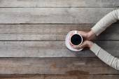 Photo Woman hands holding mug of hot coffe
