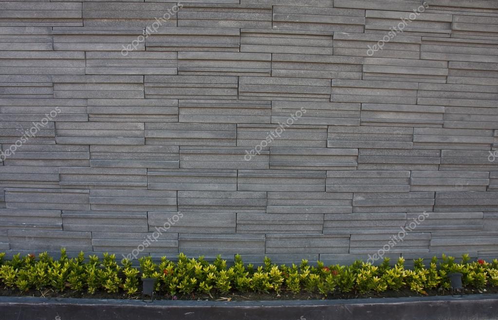 Bakstenen Muur Tuin : Stone baksteen muur met tuin bloemen u2014 stockfoto © thiroil #53659939