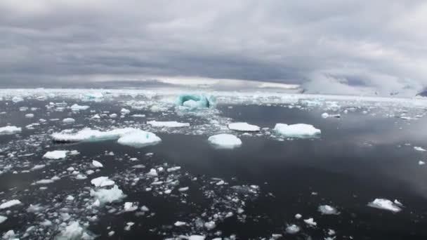 Eis und kleine Eisberge schwimmt auf Wasser