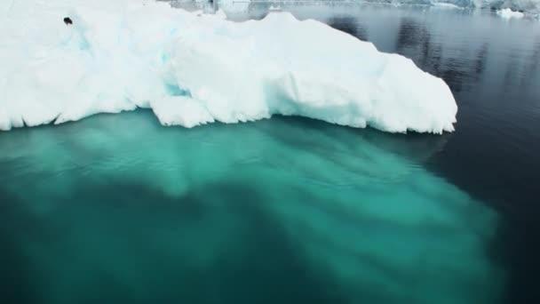 Einem kleinen Eisbergs floating in den Gewässern der Antarktis