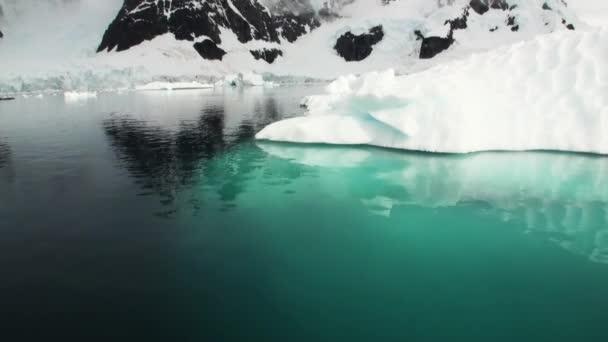Einem kleinen Eisbergs floating in den Gewässern der Antarktis.