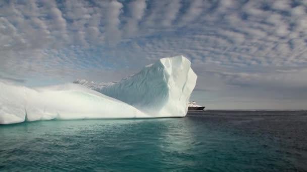Große Eisberge treiben im Meer um Grönland.