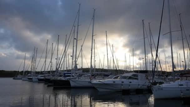 Jachty a lodě v přístavu Šibeniku v Chorvatsku.