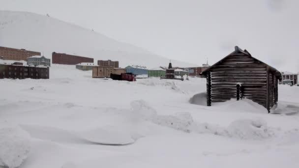 Krajinu a budovy destinaci Barentsburg na Špicberky
