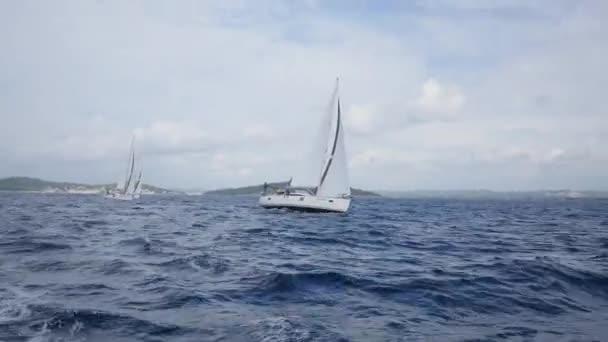 A fehér vitorla a nyílt tengeren vitorlás hajó.