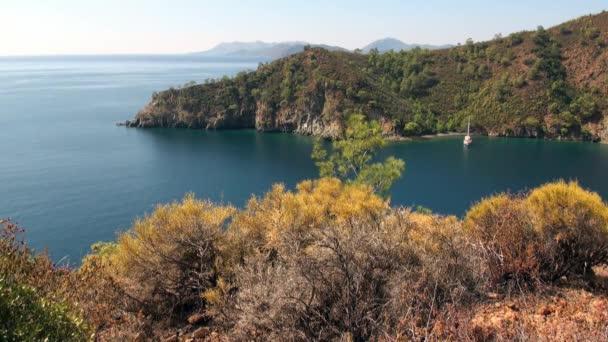 Türkiye 'de arka planda beyaz yat güzel deniz manzarası ve eşsiz kıyı şeridi.