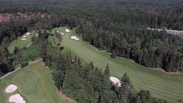 Letecký let nad golfovým hřištěm