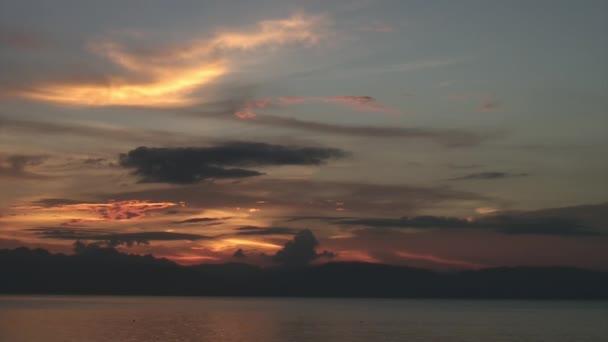 Úžasný západ slunce nad mořem na ostrovech Filipínské republiky.